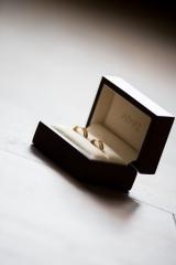 Obrączka ślubna w eleganckim opakowaniu.